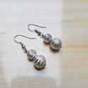 Ezüst gyöngy fülbevaló - elegáns viselet, Ékszer, Fülbevaló, Ékszerkészítés, Elegáns ezüst színű fülbevaló 2 mintás / csíkos gyönggyel. A két gyöngy együttesen majdnem 2 cm hos..., Meska