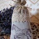 Vintage, lovas pecsételt levendulazsák , Dekoráció, Dísz, Ünnepi dekoráció, Karácsonyi, adventi apróságok, Kézzel pecsételt finoman illatos zsákocsa lovas mintával.  Mérete kb. 5x13 cm.  Dísznek és ru..., Meska