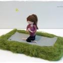 Jógázó lány  - tűnemezelt dísz, Otthon & lakás, Dekoráció, Lakberendezés, Asztaldísz, Szabadban (fűben) jógázó lány. Jógafanoknak ideális ajándék  :-)  A baba mérete (álló helyzetben) 12..., Meska