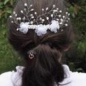 Fehér hajdísz , Ékszer, óra, Esküvő, Hajdísz, ruhadísz, Esküvői ékszer, 8 cm-es műanyag alapra készült hajfésű. Fehér organza virágok, fehér üveg gyöngyök, és r..., Meska