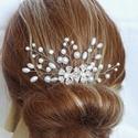 Kétvirágos hajdísz , Ékszer, Esküvő, Hajdísz, ruhadísz, Ékszerkészítés, Gyöngyfűzés, 4 cm-es fém fésű alapra készült hajdísz fehér gyöngyökkel, és strasszköves virágokkal. Kb. 5 cm mag..., Meska