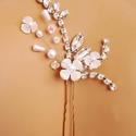 Strasszos, virágos mennyegzős, Ékszer, Esküvő, Hajdísz, ruhadísz, Apró virágokkal, strasszokkal, gyöngyökkel díszített hajtű. Leghosszabb részén 6 cm. Közé..., Meska