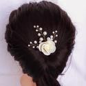 Gyöngyös rózsás hajtű, Ékszer, Esküvő, Hajdísz, ruhadísz, 2,5 cm-es rózsa, 8, 6, 4 mm-es gyöngyökkel, hajtűre készítve. Körülbelül 5-6 cm-es. Kérhető fehér, e..., Meska