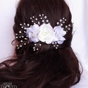 Fehér virágok , Ékszer, Esküvő, Hajdísz, ruhadísz, Ékszerkészítés, Gyöngyfűzés, Fehér virágok, apró fehér gyöngyök, és csillogó strassz kristályok felhasználásával készült ez a ha..., Meska