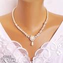 Virágmedálos menyasszonyi  nyaklánc, Ékszer, Esküvő, Nyaklánc, Esküvői ékszer, Strasszos virág medállal készült nyaklánc, melyen kis virágos gyöngyök futnak két oldalt, 6 és 8 mm-..., Meska