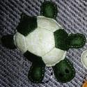 Teknősbéka kulcstartó (sötétzöld-zöld)  , Dekoráció, Játék, Mindenmás, Kulcstartó, Varrás, Hímzés, Unod már, hogy folyton összecseréled az uszodában / fitneszteremben a táskádat? Vagy a gyerkőc rend..., Meska
