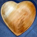 Szívküldi fatányérra, Férfiaknak, Konyhafelszerelés, Klasszikus szeretmotívum fűzfába vésve. A leg népszerűbb spontán ajándék ötleteink egyike,..., Meska