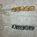 Füstszínű és aranybarna gyöngyös medál, Ékszer, Medál, Öt gyöngyből készült, ezüstözött dróttal körbetekert medál. Az egyik füstszínű, a másik aranybarna s..., Meska