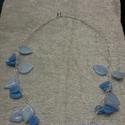 Hoorgolt drót nyaklánc kék gyöngyökkel, Ezüstözött drótot horgoltam és kék levél fo...