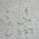 Kacskaringós mintájú medál ezüstfehér gyönggyel, Ékszer, Medál, Ezüstözött drótból hajtogattam ezt a különleges mintájú medált és a végén ezüstfehér gyönggyel díszí..., Meska