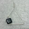 Fekete gyöngyös, háromszög alakú medál, Ékszer, Medál, Ezüstözött drótból és fekete gyöngyből készült a medál háromszög formában. Teljes hossza 3 cm. AKCIÓ..., Meska