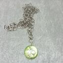 Egyszerű díszítésű medál lánccal, Ékszer, Nyaklánc, A medál egy zöld színű gyöngy, amit egyszerűen díszítettem az ezüstözött dróttal. A medál mérete:3 c..., Meska