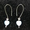 Egyszerű, különleges fülbevaló világoskék gyönggyel, Ezüstözött drótból alakítottam ki ezt a nem ...