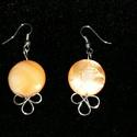 Narancssárga kagylógyöngyös fülbevaló, Ezüstözött drótból és narancssárga színű ...