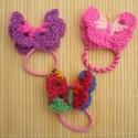 színes pillangós  kislány hajbavaló, hajgumi, Ruha, divat, cipő, Baba-mama-gyerek, Hajbavaló, Gyerekruha, Kislányoknak szánt pillangós hajgumi.  Boltban vásárolt jó minőségű hajgumikra horgolt pillangókat r..., Meska