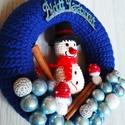 Nagy hóemberes ajtókopogtató, Dekoráció, Karácsonyi, adventi apróságok, Ünnepi dekoráció, Karácsonyi dekoráció, Horgolás, Mindenmás, Saját tervezésű karácsonyi hóemberes ajtókopogtató. 22 cm-s szalmakoszorút kék fonalból horgolt any..., Meska