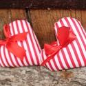 Dekorációs szívecske , Karácsonyi, adventi apróságok, Karácsonyi dekoráció, Ajándékkísérő, képeslap, Varrás, Csíkos vászonból varrt dekorációs szívpár használhatod dekorációnak vagy adhatod apró ajándékként i..., Meska