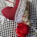 Dekorációs szív , köszönőajándék , Dekoráció, Esküvő, Meghívó, ültetőkártya, köszönőajándék, Varrás, Dekorációs szív vatelinnel töltve romantikus stílusban . Rózsás bordó anyag egy pici csipkével . Ke..., Meska