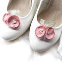 Virágos cipőklipsz csipke levelekkel, Ékszer, Esküvő, Cipő, cipőklipsz, Virágos cipőklipsz csipke levelekkel  A cipőd ékszere lehet ez a bájos darab.  A rózsák púde..., Meska
