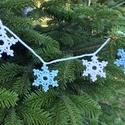 Horgolt hópehely füzér/karácsonyfadísz/karácsonyi dekoráció, Dekoráció, Karácsonyi, adventi apróságok, Ünnepi dekoráció, Karácsonyfadísz, Horgolt hópelyhekből készült füzér, mellyel nemcsak a karácsonyfa, hanem az ablak, kandallópárkány, ..., Meska