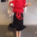 Kezzel horgolt barbie babaruha, Játék, Játékfigura, Kézzel horgolt piros felső.fekete fodros szoknyával, Meska