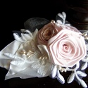 Púder-Ekrü Rózsa Hajdísz,Fejdísz esküvőre, Esküvő, Esküvői ékszer, Hajdísz, ruhadísz, Menyasszonyi ruha, Varrás, Virágkötés, A rózsákat púder rózsaszín szalagból készítettem.A levelek és a csipke ekrü színűek,hasonlóan a kis..., Meska