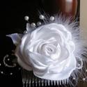 Fehér hajdísz tearózsával esküvőre, Hófehér szatén rózsa gyöngyből készült bim...