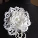 Vintage csipke hajdísz,ruhadísz esküvőre, Esküvő, Esküvői ékszer, Hajdísz, ruhadísz, Menyasszonyi ruha, Virágkötés, Varrás, Selyemszatén rózsát készítettem,egy gyönyörű csipke foglalatba varrtam.Menyasszonyi hajdíszként kés..., Meska