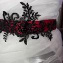 Pompadúr csipkés öv, Esküvő, Esküvői ékszer, Hajdísz, ruhadísz, Menyasszonyi ruha, Varrás, Virágkötés, Szaténpántra fekete csipke rátét került,melyet szintén fekete üveggyöngyel díszítettem. Nagyon eleg..., Meska