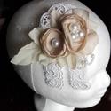 Csipke hajdísz esküvőre, Esküvő, Esküvői ékszer, Hajdísz, ruhadísz, Menyasszonyi ruha, Taft selyem virágokból készítettem egy kompozíciót,ezt egy csipke alapra varrtam.Hangulatos és noszt..., Meska