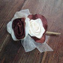 Krém-csoki rózsák hajdísz, Esküvő, Esküvői ékszer, Hajdísz, ruhadísz, Menyasszonyi ruha, Virágkötés, Varrás, Egy azonos színvilágú övhöz, rendelésre készítettem picurka rózsákat.Rövid,oldalra csatolt frizura ..., Meska