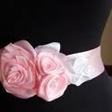Virágos-leveles szatén öv esküvőre, Esküvő, Esküvői ékszer, Hajdísz, ruhadísz, Menyasszonyi ruha, Kézzel készített,szatén virágokkal díszítettem az övpántot.Halvány rózsaszín és fehér kombináció,de ..., Meska