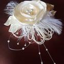 Calla és Roze hajfésű esküvőre, Esküvő, Esküvői ékszer, Hajdísz, ruhadísz, Menyasszonyi ruha, Virágkötés, Varrás, Szatén anyagból készítettem a virágokat,gyönggyel és tollal díszítettem. Krémszínű virágok fehér to..., Meska