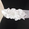 Esküvői öv,ruhadísz, Szatén öv, kézzel készített virágrátéttel....