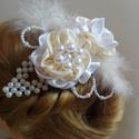 Krém-fehér gyöngyös hajdísz,fejdísz esküvőre, Esküvő, Esküvői ékszer, Hajdísz, ruhadísz, Menyasszonyi ruha, Szaténból készítettem a virágokat,és akril gyöngyöt fűztem fel levélként ehhez a bájos kis hajdíszhe..., Meska