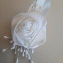 Kitűző esküvőre, Szaténból készült kitűző, ekrü színben, gy...