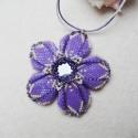 Lila virágmedál, Halványlila, beige és ezüst színekben készít...