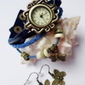 Kék pillangó karóra/ékszeróra , Ékszer, Karkötő, Karóra, óra, Különleges óra réz színű foglalatban sötétkék színű bőr szíjjal és fa gyöngyökkel. A bőrszíj patentt..., Meska