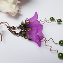 Fukszia harangvirág fülbevaló, Ékszer, óra, Fülbevaló, Egyedi, elegáns fülbevaló zöld és fukszia színekben akryl virágól és tekla gyöngyből. Kb. 4cm hosszú..., Meska