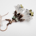 Fehér elegancia, Ékszer, Fülbevaló, Akryl virágokból és bőrbarát szerelékekből készítettem el ezt a fülbevalót. Fehér és fényes olivazöl..., Meska