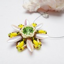 Tavaszváró aranyeső, Ékszer, Medál, Nyaklánc, Dárda, kása, sd gyöngyökből készítettem el ezt a virágot. Közepében 12mm-es rivoli van. Sárga, zöld,..., Meska
