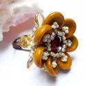 Tavirózsa gyűrű - barna, Ékszer, Gyűrű, Kis virágocska barna színben. Átmérője 2,5cm.  Magassága: 1cm. Cseh és japán gyöngyökből készült.  Á..., Meska