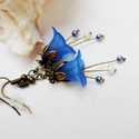 Kék harangvirág fülbevaló, Ékszer, Fülbevaló, Egyedi, elegáns fülbevaló kék és fehér színekben akryl virágól és tekla gyöngyből. Kb. 4cm hosszú.  ..., Meska