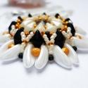 Narancsos feketecsoki, Ékszer, Fülbevaló, Nyaklánc, Ékszerszett, Ewa mintája alapján készítettem el ezt a szettet fehér, fekete és narancs színekben. A medálhoz chil..., Meska