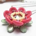 Rózsaszín virág nyaklánc, Ékszer, Medál, Nyaklánc, Kis virágocska rózsaszín és halvány zöld színben. Átmérője 3cm.  Magassága: 1cm. Cseh és japán gyöng..., Meska