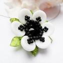 Fekete és fehér virág nyaklánc, Ékszer, Medál, Nyaklánc, Kis virágocska fekete, fehér és zöld színben. Átmérője 3cm.  Magassága: 1cm. Cseh és japán gyöngyökb..., Meska