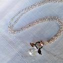 Fehér üvegangyal nyaklánc, Ékszer, Medál, Nyaklánc, Nagyon szolid, egyszerű angyalkát formázó medál ezüst színű láncon.  A medál hossza: 3cm. Egy csiszo..., Meska