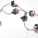 Pasztell virágfüzér, Ékszer, Medál, Nyaklánc, Rózsaszín és kék színű virágok, ezüst színű szerelékek alkotják ezt a nyakláncot. A virágok egy-egy ..., Meska