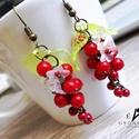 Pirosribizli fülbevaló, Piros színű tekla gyöngyökből, zöld akryl le...
