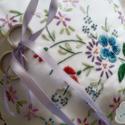 Gyűrűpárna - Csillogó csokorral, Koncepció: Az apró virágokból fonott szív kö...